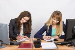 2 бизнес-леди работая в офисе с одним столом Стоковая Фотография