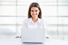 Бизнес-леди работая на компьтер-книжке Стоковое Фото