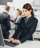Бизнес-леди работая на компьютере в офисе Стоковая Фотография RF