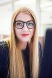 Бизнес-леди работая на компьютере на офисе Стоковые Изображения