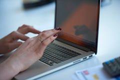 Бизнес-леди работая на компьютере на офисе Стоковые Фотографии RF