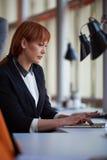 Бизнес-леди работая на компьютере на офисе Стоковая Фотография RF