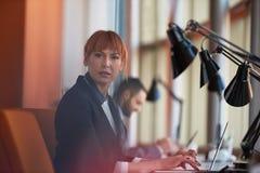 Бизнес-леди работая на компьютере на офисе Стоковая Фотография