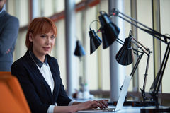 Бизнес-леди работая на компьютере на офисе Стоковое Фото