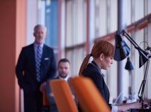 Бизнес-леди работая на компьютере на офисе Стоковые Изображения RF