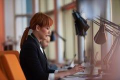 Бизнес-леди работая на компьютере на офисе Стоковое Изображение RF
