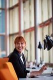 Бизнес-леди работая на компьютере на офисе Стоковое Изображение