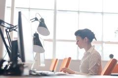 Бизнес-леди работая на компьютере на офисе Стоковое фото RF