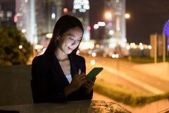 Бизнес-леди работая на мобильном телефоне в городе Гонконга Стоковые Изображения