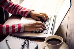Бизнес-леди работая на портативном компьютере в офисе Стоковое Изображение