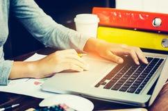 Бизнес-леди работая на портативном компьютере в офисе Стоковое Фото