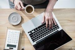 Бизнес-леди работая на портативном компьютере в офисе Стоковое Изображение RF