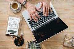 Бизнес-леди работая на портативном компьютере в офисе Стоковая Фотография