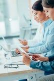 Бизнес-леди работая на столе офиса Стоковое Изображение RF