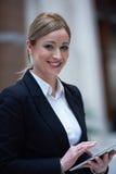 Бизнес-леди работая на таблетке Стоковые Изображения