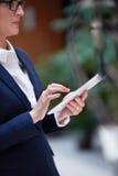 Бизнес-леди работая на таблетке Стоковые Фото