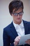 Бизнес-леди работая на таблетке Стоковая Фотография RF