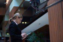 Бизнес-леди работая на таблетке Стоковые Фотографии RF