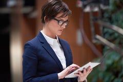 Бизнес-леди работая на таблетке Стоковые Изображения RF