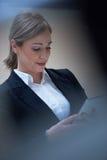 Бизнес-леди работая на таблетке Стоковое Фото
