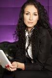 Бизнес-леди работая на таблетке Стоковая Фотография