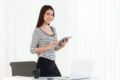 Бизнес-леди работая на цифровом планшете на офисе Стоковое Изображение
