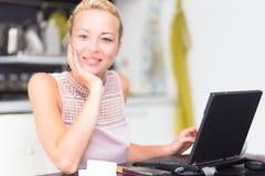 Бизнес-леди работая от дома Стоковая Фотография