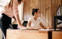 2 бизнес-леди работая совместно на проекте Стоковые Изображения RF