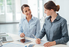 Бизнес-леди работая совместно на таблетке Стоковые Фото