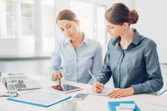 Бизнес-леди работая совместно на таблетке Стоковая Фотография