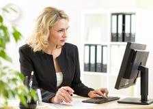 Бизнес-леди работая с компьтер-книжкой на офисе Стоковые Изображения