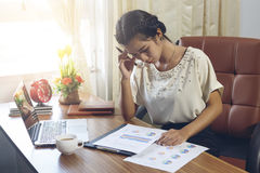 Бизнес-леди работая с стрессом на офисе с компьтер-книжкой и doc Стоковые Изображения