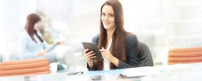Бизнес-леди работая с таблеткой в офисе Стоковые Фото