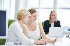 Бизнес-леди работая с таблеткой Стоковые Изображения