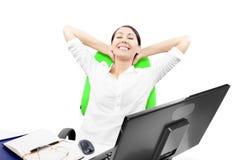Бизнес-леди расслабляющая Стоковые Изображения