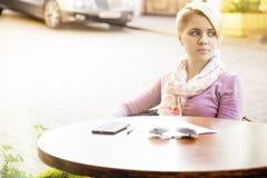 Бизнес-леди сидя в кафе на таблице Стоковые Изображения RF