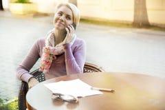 Бизнес-леди сидя в кафе на таблице стоковое изображение