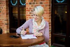 Бизнес-леди сидя в кафе на таблице Стоковая Фотография RF