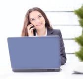 Бизнес-леди сидя в офисе Стоковая Фотография RF