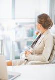 Бизнес-леди сидя в офисе Стоковые Фото