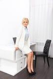 Бизнес-леди сидя на офисе стола современном Стоковое Изображение RF