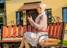 Бизнес-леди сидя на стенде стоковое фото