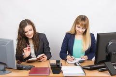2 бизнес-леди смотря дневники и делают план дня Стоковая Фотография RF