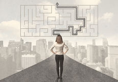Бизнес-леди смотря дорогу с лабиринтом и решением Стоковые Фотографии RF