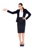 Бизнес-леди стоя и указывая на космос экземпляра стоковое изображение rf