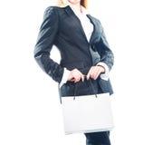 Бизнес-леди стоя при бумажная сумка изолированная на белизне Стоковая Фотография RF