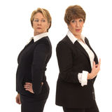 2 бизнес-леди стоя спина к спине Стоковые Изображения RF