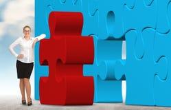Бизнес-леди строя головоломку на предпосылке неба Стоковая Фотография RF