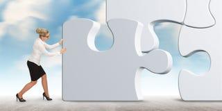 Бизнес-леди строя головоломку на предпосылке неба Стоковые Фото
