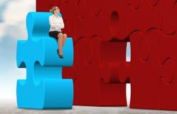 Бизнес-леди строя головоломку на предпосылке неба Стоковые Изображения